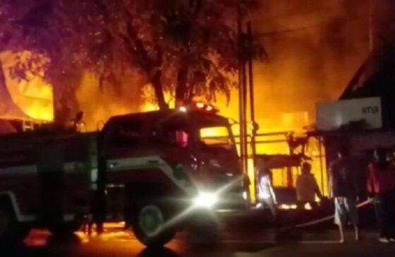 Petugas pemadam kebakaran memadamkan api yang membakar kios di wilayah Gladagsari, Kabupaten Boyolali, Senin (18/1/2021) malam. (Istimewa)