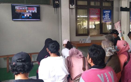 Anggota keluarga terdakwa penganiayaan, Sapto dan Rahmat saat mengikuti sidang secara virtual di Kejari Klaten, Kamis (7/1/2021) siang. (Solopos/Ponco Suseno)