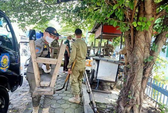 Sejumlah petugas Satpol PP melakukan penertiban PKL di kawasan Pengging, Banyudono, Boyolali, Minggu (3/1/2021). (Istimewa/Satpol PP Boyolali)