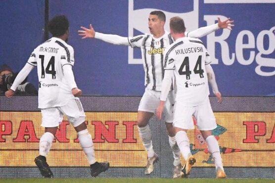 Para pemain Juventus merayakan gol. (REUTERS-Alberto Lingria)
