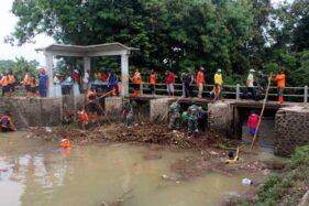 Puluhan Orang Berjibaku Angkat Sampah di Dam Jetis Klenteng Sragen