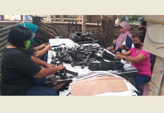 Karyawan beraktivitas di home industry anyaman kulit di Karangdukuh, Jogonalan, Klaten, Senin (18/1/2021). (Solopos-Ponco Suseno)