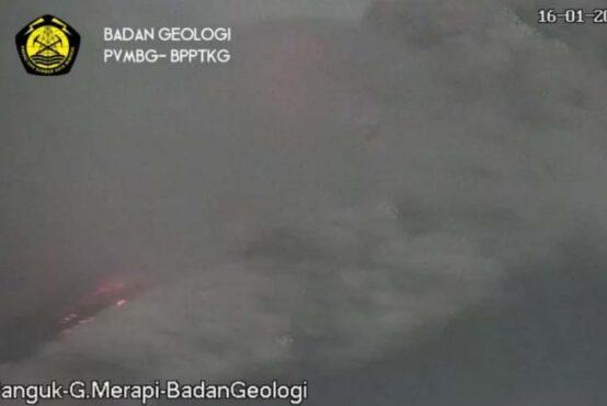 Awan panas guguran keluar dari Gunung Merapi, Sabtu (16/1/2021) pagi. (Antara-BPPTKG)
