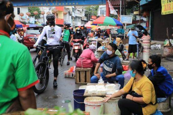 Gubernur Jateng, Ganjar Pranowo (berdiri di sepeda), di kawasan Pecinan, Kota Semarang, Senin (11/1/2021). (Istimewa-Humas Pemprov Jateng)