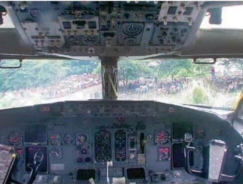Pesawat Boeing 373 Garuda Indonesia GA421 mendarat darurat di Sungai Bengawan Solo, Desa Serenan, Juwiring, Klaten, pada Januari 2002 lalu. (dok Solopos)
