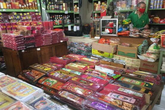 Pernak-pernak perayaan Imlek yang dijual di toko di Pasar Gede, Kamis (14/1/2021).(Farida Trisnaningtyas/Solopos)