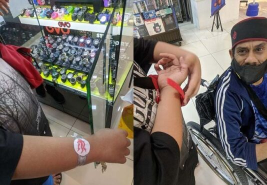 Bocah pedagang kaki lima menangis dibelikan jam tangan. (Facebook/Mfa Bob)