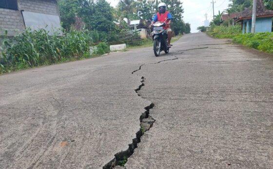 Pengendara melintas di jalan lingkar kota Ruas Dusun Mundu, Desa Purworejo, Kecamatan Wonogiri, Selasa (26/1/2021). Beberapa lokasi di ruas jalan itu retak. (Solopos/Rudi Hartono)