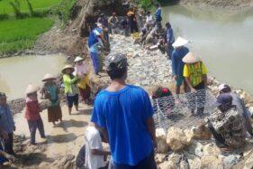 Kompak, Warga dan Sukarelawan Perbaiki Tanggul Sungai Gamping Klaten