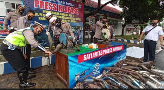 Satlantas Polres Boyolali memusnahkan knalpot tidak standar atau knalpot brong, di Kantor Satlantas Polres Boyolali, Rabu (27/1/2021). (Solopos-Bayu Jatmiko Adi)