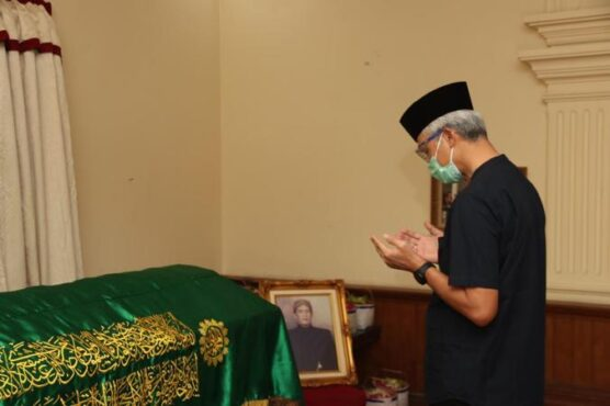 Gubernur Jateng, Ganjar Pranowo, memanjatkan doa saat melayat meninggalnya Gunawan Wirosaroyo, Minggu (24/1/2021), di Papahan, Tasikmadu, Karanganyar. (Istimewa/Hartanti)