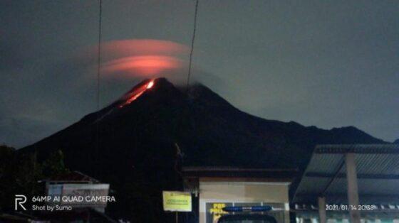 Penampakan awan lentikularis saat Merapi erupsi. (Detik.com-Istimewa @sumosulis1)