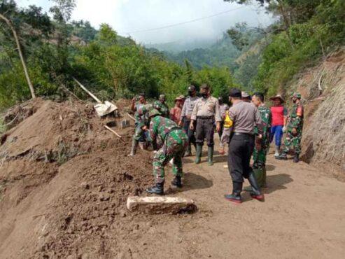 Warga bersama TNI dan Polri bekerja bakti membersihkan material tanah longsor di Songgo Bumi, Tamansari, Boyolali, Jumat (15/1/2021). (Istimewa/Kodim Boyolali)