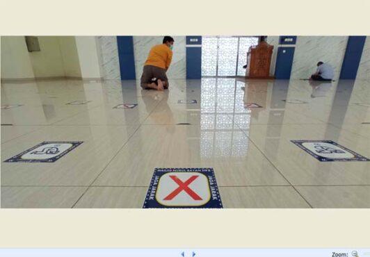 Ilustrasi, stiker peringatan jaga jarak menempel di lantai Masjid Nurul Bayan di kompleks Rest Area 519 B Tol Trans Jawa, tepatnya di Masaran, Sragen. (Solopos-Moh. Khodiq Duhri)