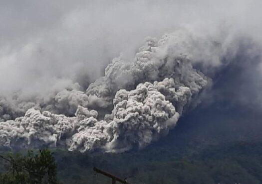 Gunung Merapi dilihat dari Ngrangkah, Umbulharjo, Cangkringan, Sleman, Rabu (27/1/2021). (Detik.com)