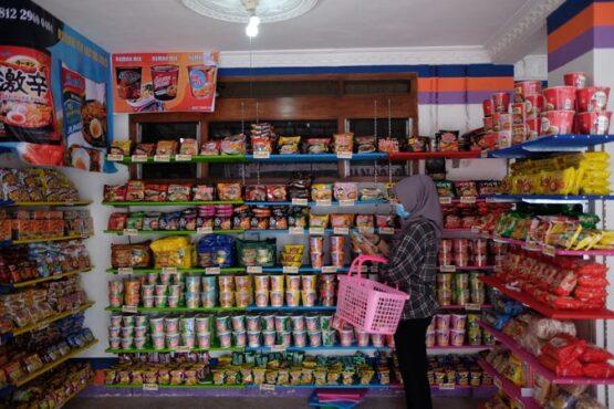 Pengujung memilih mi instan di Rumah Mie Instan Solo, Jl Kedampel No 24, Kelurahan Danukusuman, Kecamatan Serengan, Solo, Rabu (20/1/2021). (Solopos/Wahyu Prakoso)