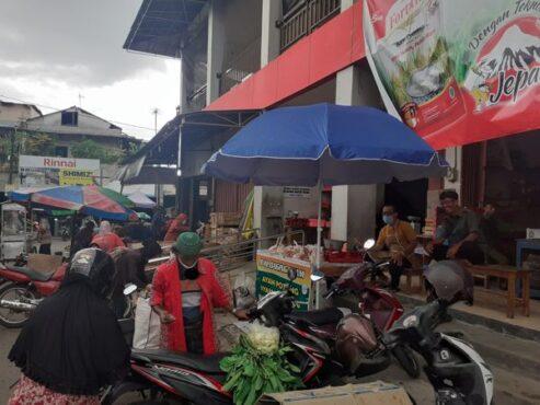 Sejumlah pedagang Pasar Ir Soekarno pindah berjualan ke luar pasar lantaran sepi pembeli, Jumat (15/1/2021). (Solopos/Bony Eko Wicaksono)