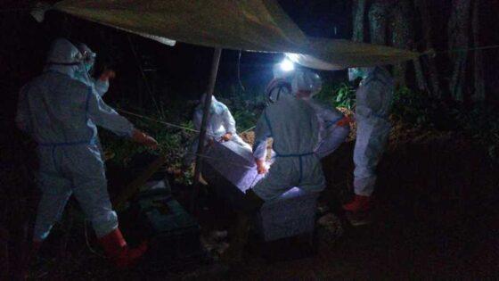 Tim memakamkan jenazah dengan prosedur pemakaman pasien Covid-19 di Desa Ngambarsari, Karangtengah, Wonogiri, Jumat (22/1/2021) petang hingga malam. (Istimewa/Fitri Hanani)