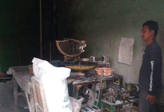 Pemilik penggilingan daging di kios depan Pasar Gentongan, Prabowo, mengaku pernah kehilangan uang secara misterius. (Solopos-Ponco Suseno)