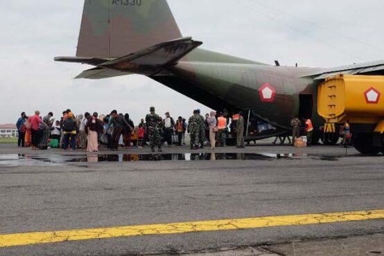 54 Pengungsi gempa Sulbar tiba di di Base Ops Lanud Adi Soemarmo, Boyolali, pukul 10.30 WIB Kamis (21/1/2021). (Solopos-Wahyu Prakoso)