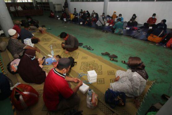 Warga korban gempa dari Mamuju dan Majene, Sulawesi Barat (Sulbar), beristirahat seusai santap siang saat tiba di rumah karantina Solo Technopark (STP), Jebres, Solo, Kamis (21/1/2021). (Solopos/Nicolous Irawan)