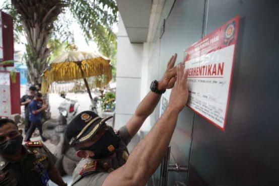Petugas Satpol PP dan Damkar Kota Madiun menutup sementara restoran yang melanggar protokol kesehatan pencegahan Covid-19, Senin (25/1/2021). (Istimewa/Pemkot Madiun)