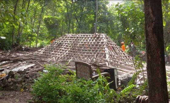 Kegiatan kerja bakti membersihkan puing-puing rumah ambruk di Dukuh Kelor, Desa Gentan, Kecamatan Bulu, Sukoharjo, Rabu (27/1/2021). (Solopos-Indah Septiyaning W.)