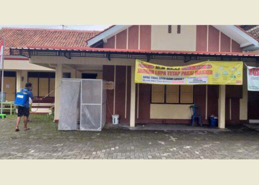 Pamong desa menyemprot desinfektan di Kantor Desa Sekarsuli, Klaten Utara, Selasa (19/1/2021). (Solopos-Ponco Suseno)