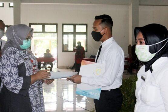 Bupati Sragen Kusdinar Untung Yuni Sukowati menyerahkan SK pengangkatan CPNS kepada perwakilan CPNS di Gedung SMS Sragen, Selasa (26/1/2021). (Solopos-Tri Rahayu)