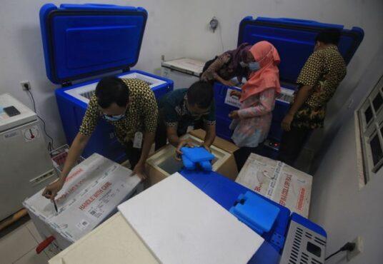 Petugas menata vaksin Covid-19 untuk dosis kedua pada cool box saat tiba di UPT Instalasi Farmasi Dinas Kesehatan Kota (DKK), Solo, Selasa (26/1/2021). (Solopos/Nicolous Irawan)