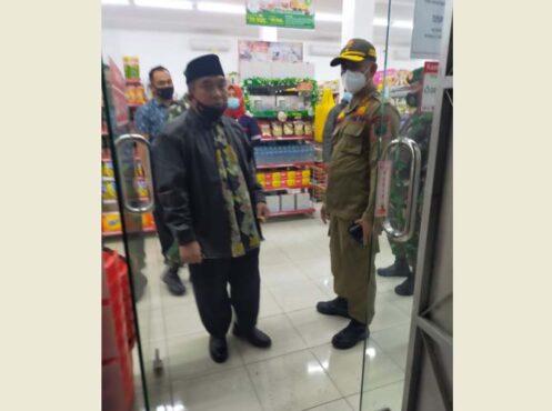 Bupati Sukoharjo Wardoyo Wijaya menemukan toko modern di Carikan nekat buka hingga pukul 21.00 WIB, Senin (11/1/2021). (Istimewa-Satpol PP Sukoharjo)