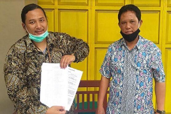 Wakil Bupati terpilih di Pilkada 2020, Yoga Hardaya (kanan) berpose dengan kuasa hukumnya di Jonggrangan, Klaten Utara, Sabtu (23/1/2021).