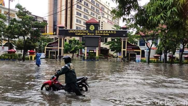 Sejumlah wilayah di Kota Semarang diterjang banjir, Sabtu (6/2/2021). (detik.com)