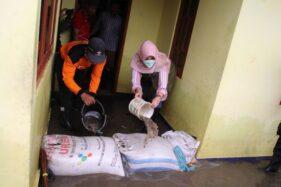 Kunjungi Korban Banjir Pesu, Bupati Klaten Sri Mulyani Bantu Bersih-Bersih Rumah