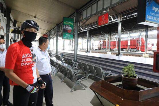 Gubernur Jateng, Ganjar Pranowo, saat meninjau kondisi Stasiun Tawang yang sebelumnya terendam banjir, Selasa (9/2/2021). (Istimewa/Humas Pemprov Jateng)