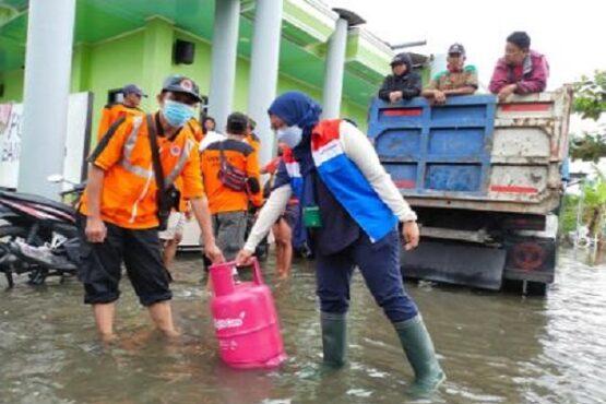 Pjs. Manajer Komunikasi, Relasi, dan CSR Pertamina JBT, Marthia Mulia Asri, memberikan bantuan tabung elpiji Bright Gas kepada perwakilan BPBD di Posko BPBD Semarang, Senin (8/2/2021). (Semarangpos.com-Pertamina JBT)