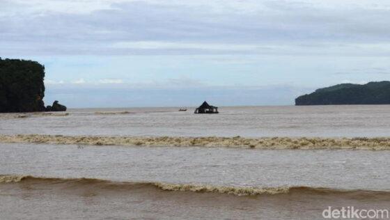 Masjid Apung di Pacitan yang terbawa arus Sungai Grindulu  hingga ke laut. (detik.com)