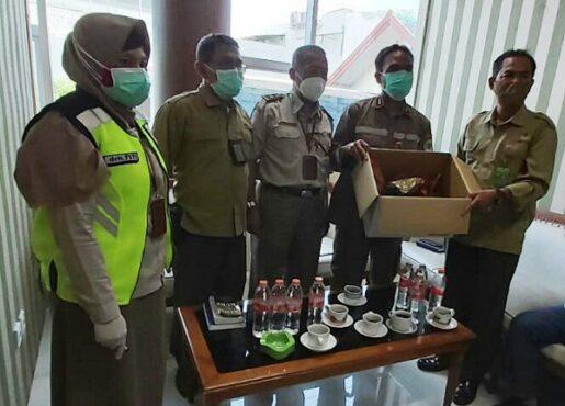 Petugas Balai Karantina Pertanian Kelas I Semarang menunjukan paruh burung rangkong yang hendak diselundupkan, Rabu (10/2/2021). (Imam Yuda S.-Semarangpos.com)