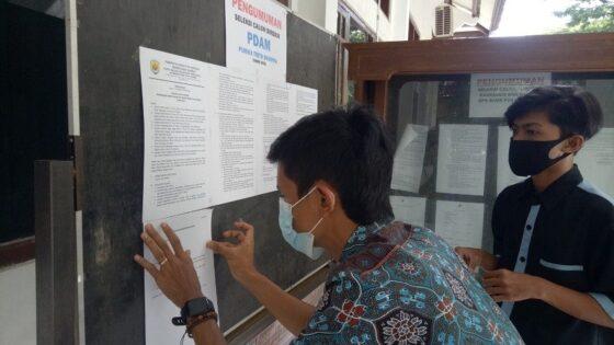 Masyarakat membaca pengumuman pendaftaran Direktur PDAM Purwa Tirta Dharma di Setda Grobogan, Rabu (10/2/2021).(Solopos.com/Arif Fajar Setiadi)