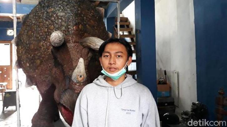 Iqbal Firmansyah, 21, pemuda asal Bantul pembuat animatronik karakter dan kostum dinosaurus, Sabtu (13/2/2021). (detik.com)