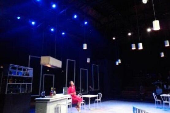 Pentas drama musikal Cafe De La Poste di Teater Arena, Taman Budaya Jawa Tengah (TBJT), Selasa (9/2/2021) malam. (Solopos.com-Ika Yuniati)