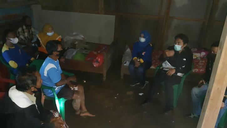 Bupati Madiun, Ahmad Dawami saat meninjau korban bencana alam, Minggu (14/2/2021) malam. (Istimewa/BPBD Madiun)