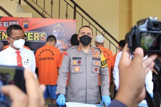 Kapolres Blora, AKBP Wiraga Dimas Tama (tengah), saat menggelar jumpa pers terkait praktik ilegal logging atau pembalakan liar, Senin (15/2/2021). (Semarangpos.com-Bidhumas Polda Jateng)