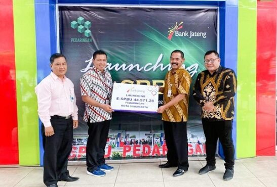 Pimpinan Bank Jateng Solo, Djaka Nur Sahid dengan menyerahkan kartu e-SPBU kepada Wali Kota Solo, FX Hadi Rudyatmo (dua dari kanan). (Istimewa)