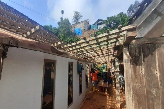 Warga beserta sukarelawan sedang membongkar rumah Parji di Dusun Beji, Desa Durenan, Kecamatan Gemarang, Kabupaten Madiun, yang tertimpa longsor, Rabu (17/2/2021). (Abdul Jalil/Madiunpos.com)
