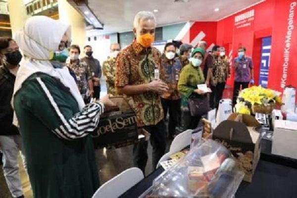Gubernur Jateng, Ganjar Pranowo, melihat-lihat produk yang ditampilkan dalam UKM Virtual Expo 2021 di Kantor Bank Jateng, Kota Semarang, Selasa (16/2/2021). (Semarangpos.com-Humas Pemprov Jateng)