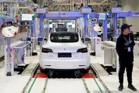 Mobil Tesla Model 3 buatan China saat proses pengiriman di pabriknya di Shanghai, China, Januari 2020 silam. (Antara-Reuters)
