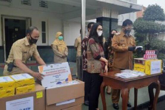 Kepala Cabang BTN Madiun, Joyce Ivone Mandani saat memberikan bantuan berupa 2.000 health kit dan susu kepada Pemkot Madiun, Senin (15/2/2021). (Abdul Jalil-Madiunpos.com)