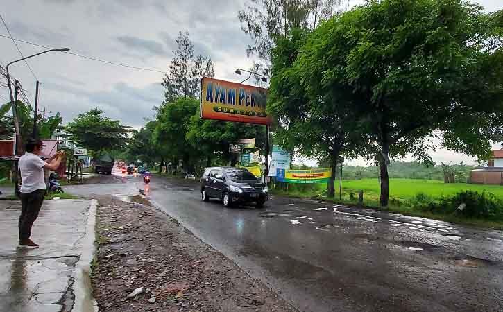 Rusak Parah, Jalan Raya Solo-Purwodadi Disebut Wisata Jeglongan Sewu