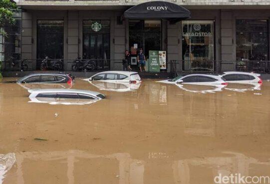 Ilustrasi sejumlah mobil terendam banjir. (detik.com)